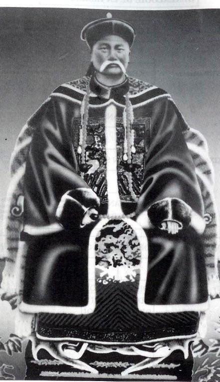Đèo Văn Tri en tenue de Mandarin